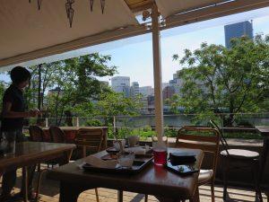 広島市内のカフェ「キャラントトロワ」のテラス席