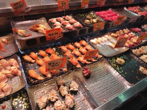 唐戸市場では寿司を1巻ずつ